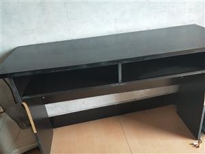 处理桌凳,八成新,60元一套,可以办公,学生做作业,摆放卧室电视等,用处多,价格便宜!
