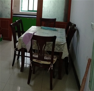 纯实木高档餐桌带六把椅子,基本全新。因搬家现低价转让。提货地址:合阳县德贤庄小区。