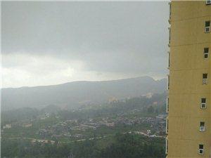 镇雄最讽刺的事就是:外面下着暴雨!但是家里缺没水
