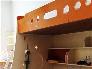 双层实木床,上宽1.2米,下宽90厘米。纯手工制作木板床,兔宝宝木板,床侧面有三个柜子,下床下面三个...
