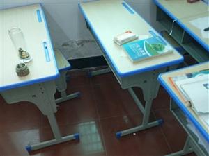 辅导班用了不到一年的桌椅板凳60套,九层新,现低价处理,有意者面谈