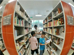 湖北省图书馆少儿部(手机�~眼镜头拍)暑假的每一天,都有成百上千的孩子在这里看书学习