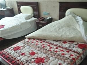 宾馆拆迁,有多张床出售,及床上物品,有意请致电!