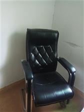 有办公电脑桌  老板椅  电脑椅带轮   文件柜  闲置出售  95成新  有需要请联系  价格面仪