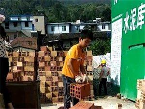 这么小的孩子跟着妈妈在工地搬砖,妈妈是开拖拉机的,生活真的不易。