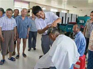 江苏南通58岁理发师马兴平30年来经常免费为老弱病残村民上门理发,总次数超3万次。