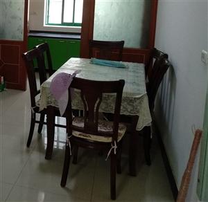 纯实木高档餐桌,配有六把椅子。基本全新,因搬家低价转让。机不可失,需要的快来。