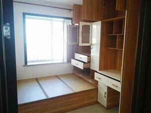 全新卧室组合家具一套,包含三个组合柜,一排顶柜,一个榻榻米床,价钱可商量,有意者可与我联系