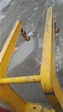 三吨叉车用吊钩一个转让,九成新,长一米六,高一米五,双钩,新的五千多!有意者电话详细咨询!