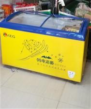 低价转让两个九成新的展示柜,一个冰箱,货架子,饼锅,需要的可以联系我130 5115 9391