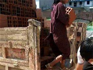 为了生活,小姑娘才11岁,就跟着父亲搬砖。