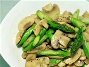 微视觉晚:餐《芦笋炒蘑菇》用料口蘑;芦笋;黑胡椒;盐;黄油;蒜做法口蘑切片,芦笋