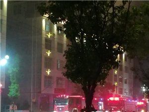 消防队旁边着火了。
