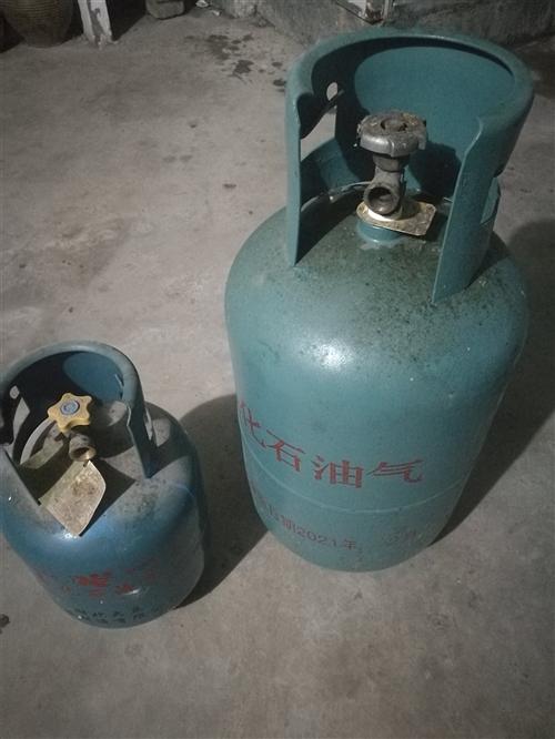 一大一小两个煤气罐,闲置无用低价处理,大瓶50小瓶已售,成色很新可以看实拍图18398714429