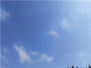 看窗外�w�B���^天空�]留下任何��E蔚�{的天空也只有白云的相伴�~子的�u�[�V�f著和�L的��龠h�