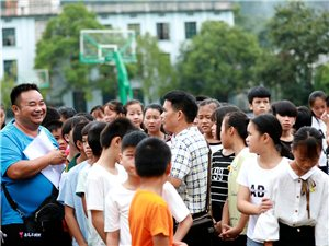 2018年8月28日,贯洞镇举行小学毕业生升初中整体移交仪式。(李庆华)