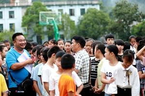 2018年8月28日,贯洞镇举行小学毕业生升初中整体?#24179;?#20202;式。(李庆华)