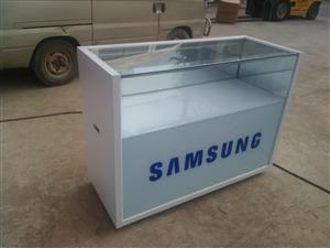多个二手手机柜台,灯箱,流动字幕,等手机用品出售,