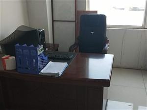 办公桌椅一套全新,货柜10米,货架四套。
