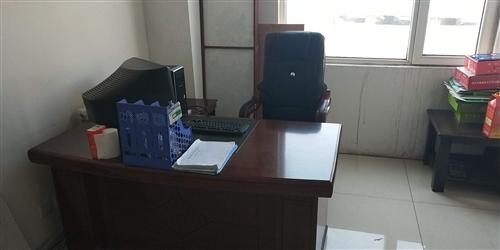 辦公桌椅一套全新,貨柜10米,貨架四套。
