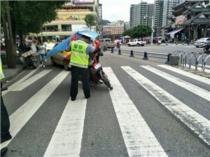 """交警大队持续开展非法加装""""遮阳伞""""整治行动"""