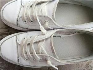 卖鞋子的店里有些鞋子和店名一样有标志,有些没有,但是不知道质量好不,而且价格一样贵。