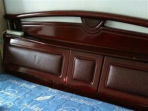 出卖二手床带床垫1.8*2.0米的,自提。600元