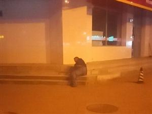 五中灯岗这有个人喝多了,途经此地的小伙伴注意避让下