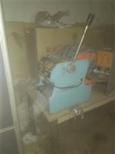 有摊位,冰柜,活面机压片机豆浆机封口机,蒸锅蒸笼,保温炉等,可带技术一体转让,东西在地下室放,不清晰...