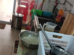 锅碗瓢盆桌凳便宜卖。东西都是好的,用了一个星期,现在不做了,都想便宜卖掉。煮面机,汤桶的都有。而且还...