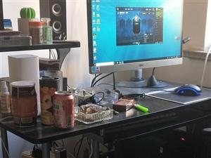 联想刃7000,吃个鸡没问题,显示器是aoc的,电脑桌是最好的,600,烟头放上都没事,全卖