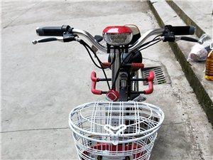 爱玛电动车,电瓶可以取出提回家充电,特别方便,17年买的,原价2600,有发票,头盔齐全,自己加装的...