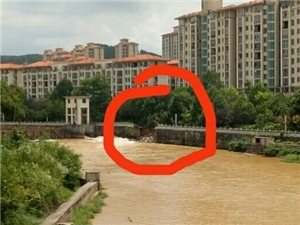龙翔国际河边的景观路溃堤。