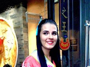 中秋节下午一家人去汉人老家街转转人来人去好热闹还有表演跳舞的突然一队世界旅游小姐迎面而来