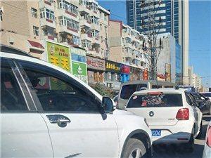一大早堵在青云街十多分钟出不去,上班迟到了呀迟到了