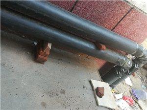 请看,这是齐市安智小区的取暖分户改造工作正在进行中:这暖气管子怎么
