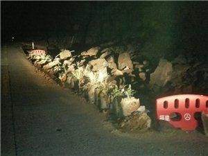 富岭镇,富官村至南口桥路段山体滑坡下来的泥石流,不知什么原因,半年多了至今无人处理,交通安全影响大,