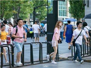 2个月前在武汉江汉路步行街街拍的几张照片