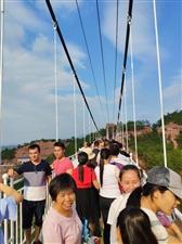 寻乌留车石�寨玻璃桥都挤满啦!来体验的人可不少