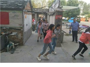 临泉县红十字应急救援队走进英泽学校开展安全知识宣传和消防应急疏散演练活动