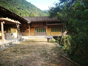 这是旺苍县高阳镇鹿渡村10组村民(地名陈家坡),家中共有4人,只有一个劳动力,家中的一个老人快难满8