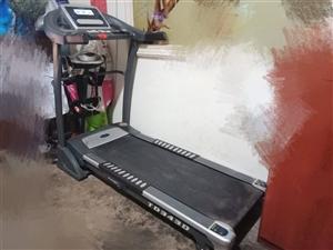 家中有闲置的跑步机一台  九成新   功能完好   除了基本的跑步功能以外  还可以调节跑道高度用来...