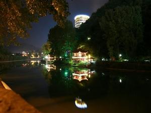 夜里的湄江湖畔