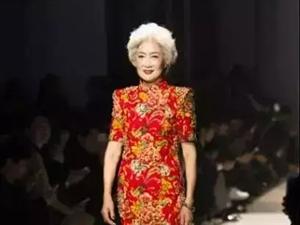 70岁中国旗袍奶奶,走向国际T台,惊艳世界今天,被一个70岁的姑娘,给撩到了。笑得明媚,