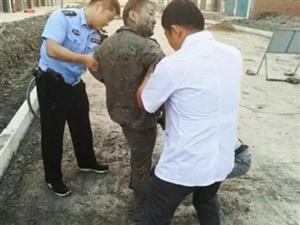 小伙坠坑被困一夜警民联手救上岸