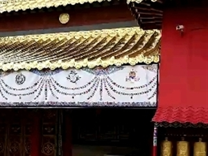 实木雕刻彩画装饰了一个藏式大雄宝殿的大门