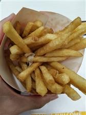 泰丰那个华莱士汉堡??大家不要去吃了,这个薯条都吃出白色的纸来了,还好不是别的更脏的东西,点了份汉堡