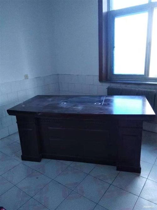 出售老板桌1.8米,带边柜,联系时请说在建平在线看到的…