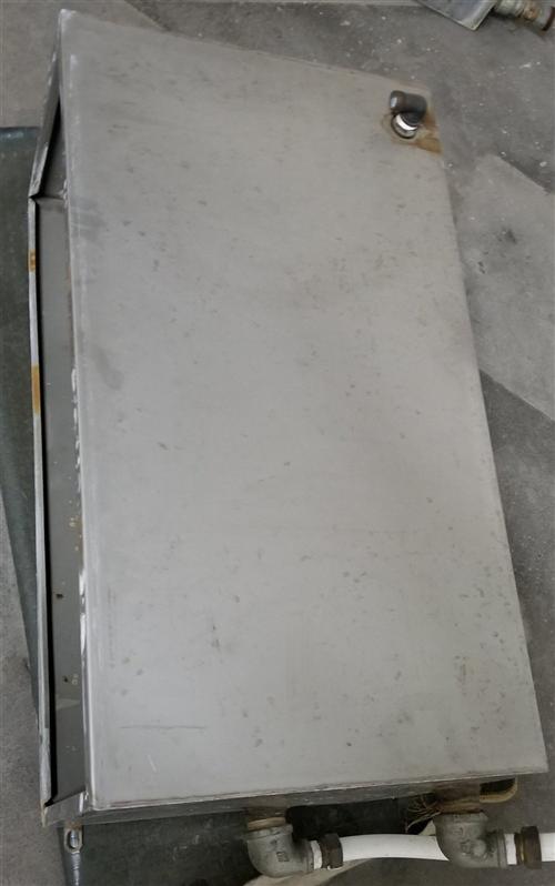 九成新带内胆通暖气加厚不锈钢水箱两个  ,  因搬家闲置超低价处理,  原价两个1500   ,现价...