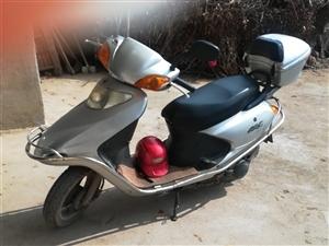 本人有一台八成新飞鹰摩托车(银色,上图为实物)出售,原价五千元,因为买了新车,没地方放车,现一千八百...